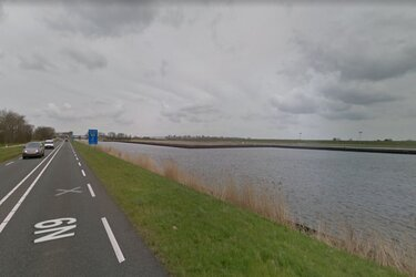 Dronken zeilbootdief loopt varend tegen de lamp in Den Helder