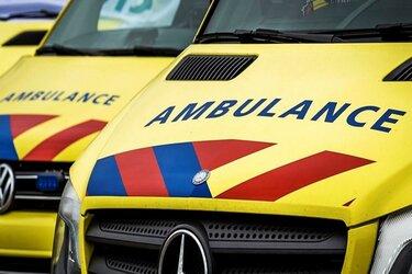 Auto belandt op kop in greppel: vier gewonden naar ziekenhuis