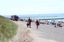 Drukte op strand bij Huisduinen. Handhaving deelt waarschuwingen uit