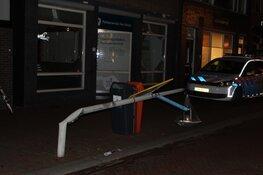 Vrachtwagen tegen lantaarnpaal in Den Helder