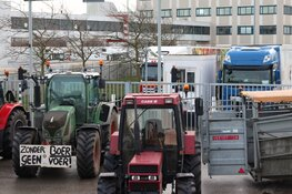Boeren blokkeren distributiecentrum Albert Heijn in Zaandam