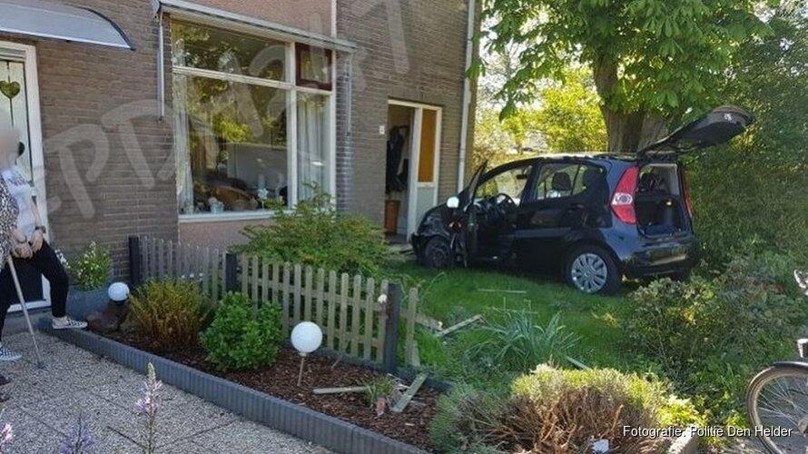 Bejaarde man rijdt door voortuin en knalt tegen woning