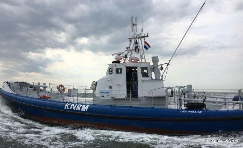 Visser slaat overboord en dobbert ruim uur lang op Noordzee
