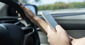 Al bijna 150 boetes uitgedeeld in Noord Holland wegens appen of bellen in de auto