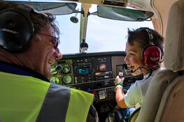 Ernstig zieke kinderen voor één dag piloot op Den Helder Airport