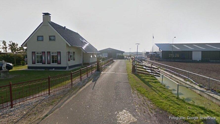 Persoon bekneld bij ongeluk met trekker op manege in Callantsoog