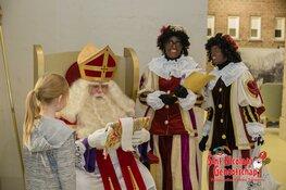 Sinterklaas en voorleespiet in de bieb
