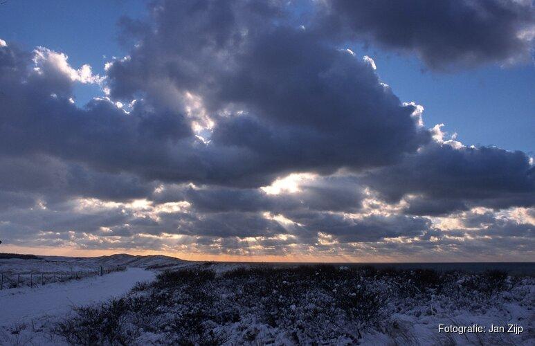 De winteravond valt in het duin