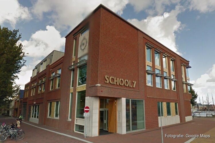 Prins Edwin de eerste heeft namens CV de Krabbetukkers vrijdagmiddag Bibliotheek School 7 gehuldigd.
